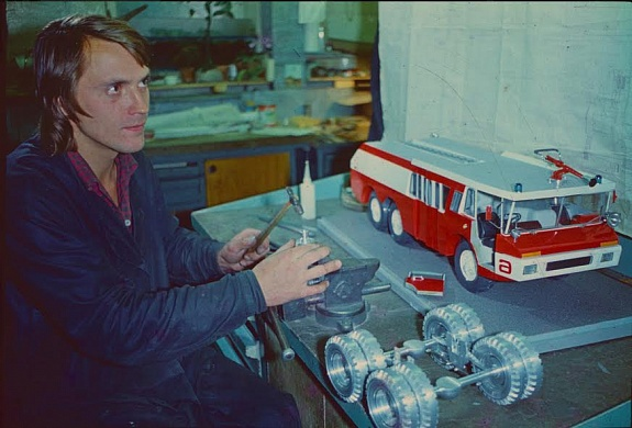 Working on a model of Zil-Sides VMA-30 fire fighting vehicle (1975, designed by V. Aryamov, L. Kouzmichev, A. Olshanetskiy, T. Shepeleva) / Courtesy of Moscow Design Museum